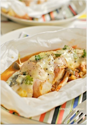 重ね蒸しは電子レンジ調理では王道中の王道、包み蒸し。鱈とベーコンから抽出される旨味は蒸し料理ならでは。トマトソースで肉と魚のバランスがいいメニューです。