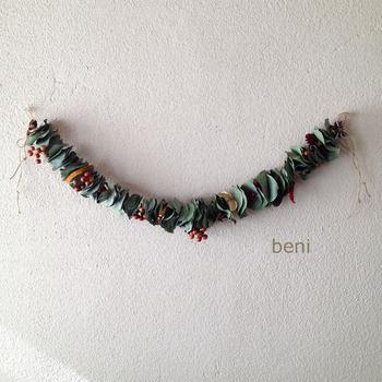 こちらはプリザーブドフラワーとドライフラワーを使用した作品を制作している「beni」さんの作品。ドライにしたユーカリの葉と木の実を合わせてつなげたガーランド。