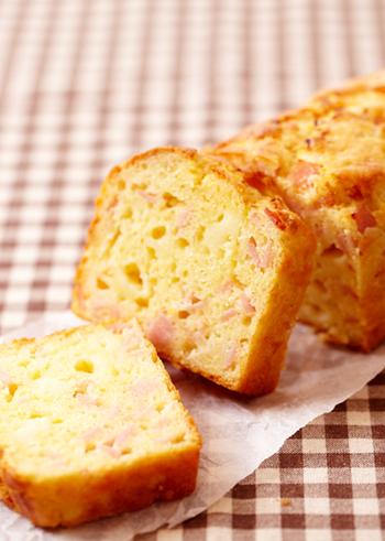 ■ハムとチーズのケイク ケーキといえば、甘いものを連想すると思いますが、こちらはおかずのケイク。 しっかりと食べごたえがあるので、切り分けていただきましょう♪