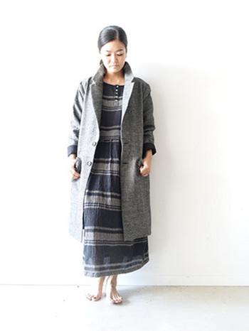 丈が長めなので、膝まで暖かそう。襟を立てたり袖を巻いたりと、自分なりのスタイルで着こなせますね。