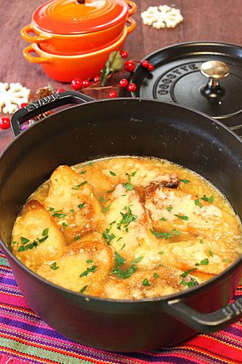 バケット入りで、お腹も満足なオニオンスープ。とろとろアツアツのチーズと玉ねぎの風味がたまらないスープです。