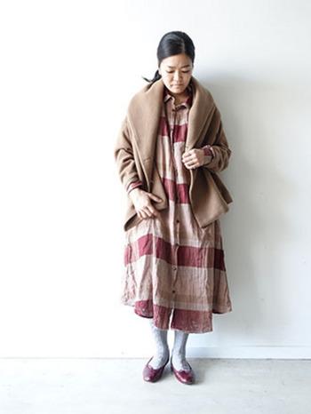 ロングのチェックワンピースに、ふんわり羽織っても素敵です。短めの丈なので、ぺたんこシューズとのバランスがいいですね。