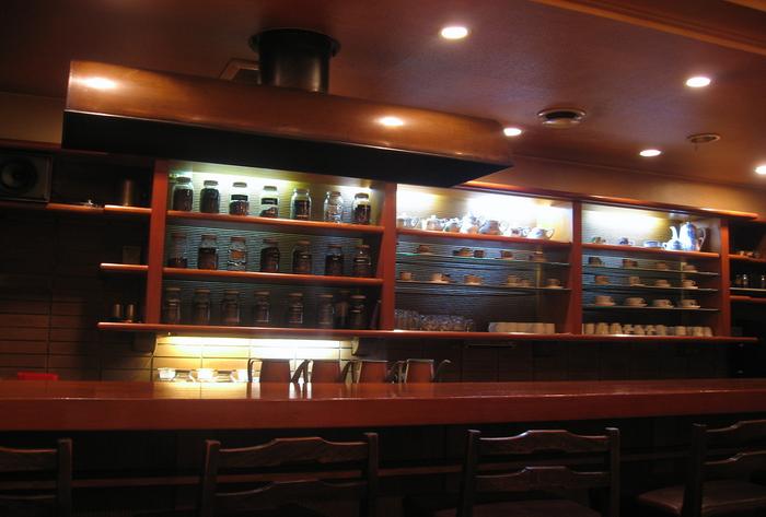 1978年にオープンした、自家焙煎・深煎り・ネルドリップの店。BGMはモダンジャズが流れています。
