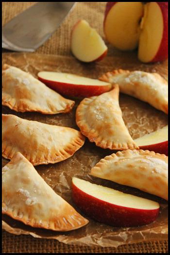 餃子の皮を使った、可愛い一口サイズのアップルパイ。包み方次第で、いろんな形が作れますね。