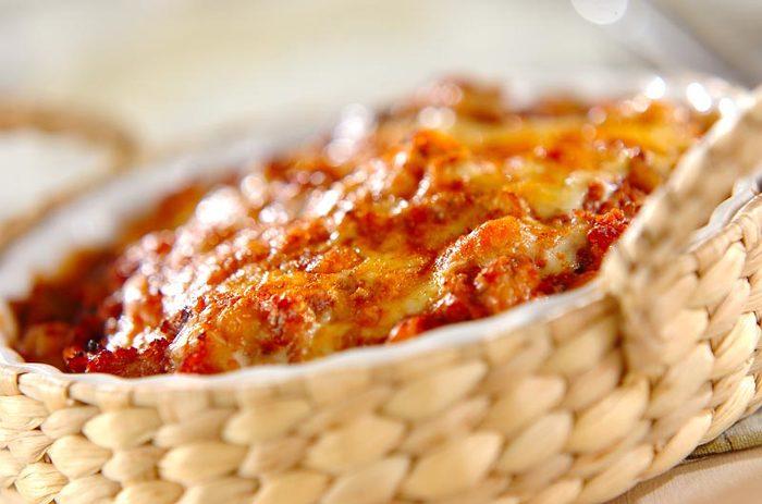 ムサカとは、ひき肉やホワイトソースを重ねてオーブンで焼くグラタンに似たギリシャ料理。そこにひよこ豆を加ると、触感がよくなりますよ。