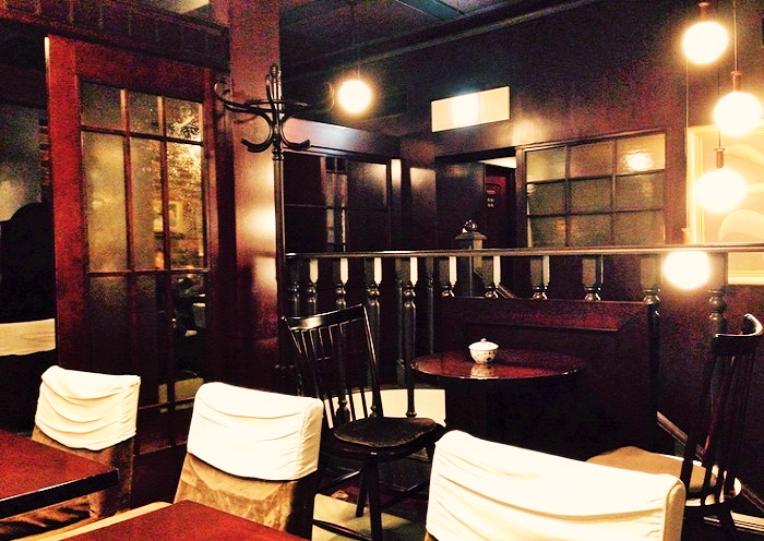1996年にオープンした、サイフォンコーヒーのチェーン店「椿屋珈琲店」の中核店です。 店が2-3階を占める菅原ビルは、1934年の竣工(設計は日本民藝館本館で知られる吉田亨二)。建物の重厚な雰囲気に家具調度がしっくりマッチ。始発まで営業と、銀座では希少な店でもあります。