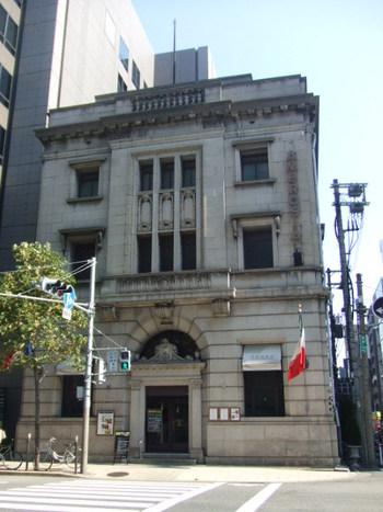 「堺筋倶楽部 AMBROSIA」は、趣のある外観が印象的なイタリアンレストラン。昭和初期に銀行として建築された建物を、2001年にレストランとしてコンバージョンしました。