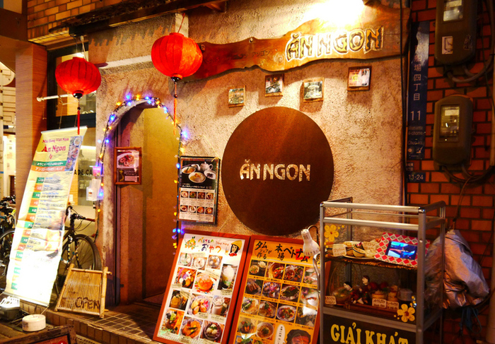 続いてご紹介するのは、ベトナム料理の「アンゴン」。野菜たっぷりのヘルシーなベトナム料理は、日本の女性にも大人気ですよね。すでにお店の外観から、本場の空気が漂っています。