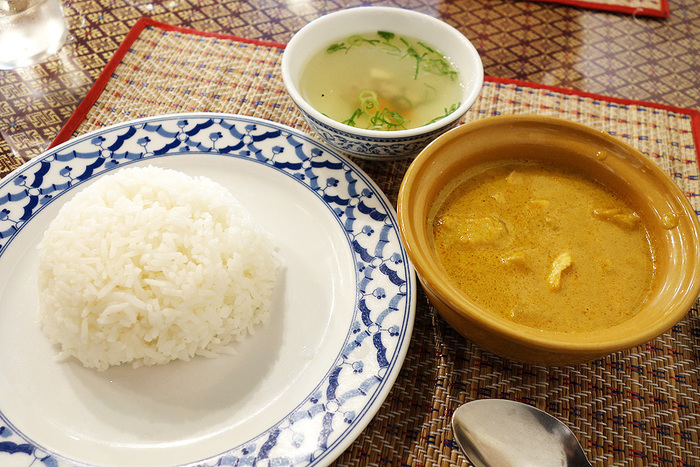 ランチはお得なセットや単品料理など、魅力的なメニューがラインナップされています。広い店内でゆっくりくつろぎながら、タイならではのスパイシーな料理を堪能してみませんか?
