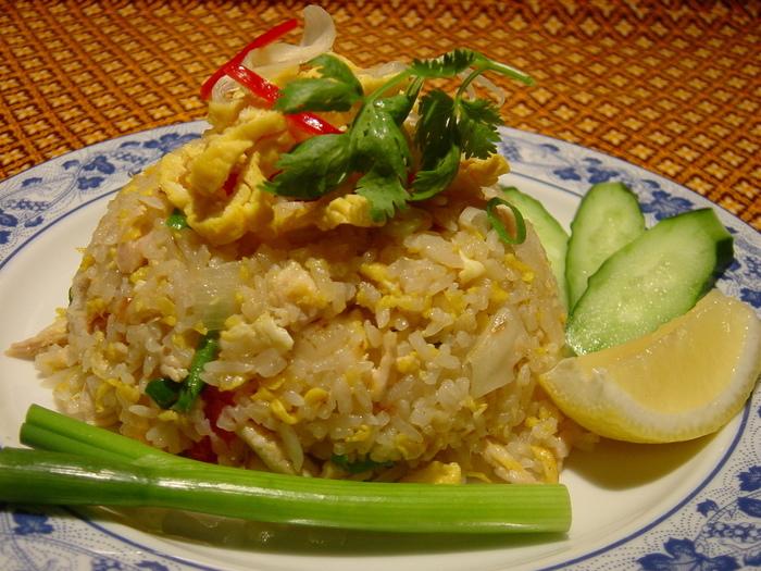 """タイ定番の焼き飯""""カオパット""""をはじめ、酸味と辛さが美味しい""""トムヤム麺""""など。本場の屋台でお馴染みの料理も味わえます。タイ料理を楽しむなら、ぜひ「タワンタイ」がおすすめです。"""