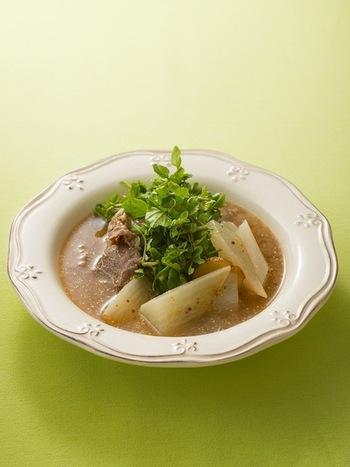 ポトフ風に大きめに切った大根で作るスープ。牛肉のうまみが大根にしみこんで堪りません。マスタードをたっぷり使うのが味の決め手になっています。寒い夜に食べたいスープです。