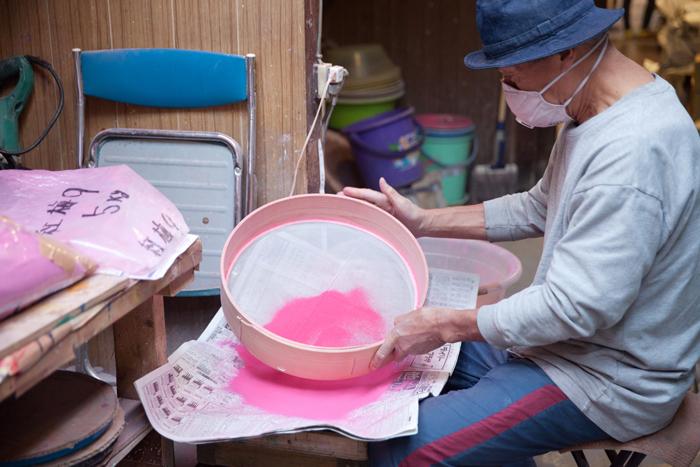 絵の具の種類によって製作工程が異なるため、それぞれの絵の具で担当する職人さんが分かれているそうです