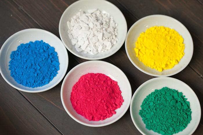 ホタテ貝殻の微粉末から作られた白い顔料「胡粉」と、色鮮やかな岩絵の具たち