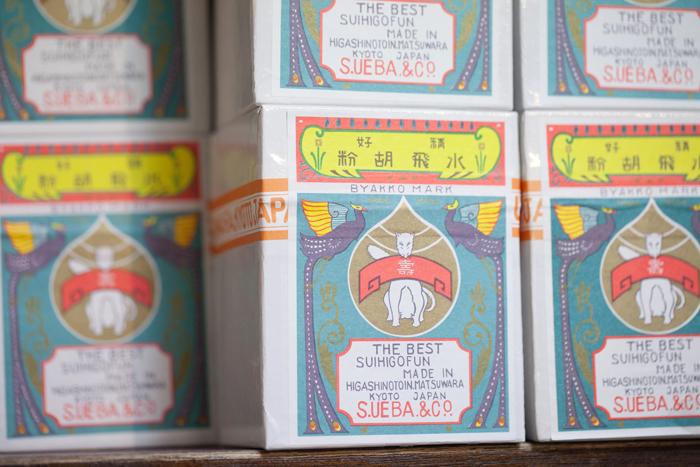 胡粉の箱には上羽絵惣のトレードマーク「白狐」が描かれています。この素敵なデザインは、六代目の上羽庄太郎さんが考案されたそう