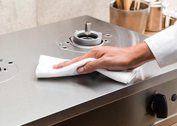 〈バーモ〉の天板は耐久性の高い素材として知られるステンレスを全面に使用したオールステンレス仕様。しかも、厨房でも利用されている傷が目立ちにくい「No.4」という加工が施されているそう。フラットな天板は広く使えるだけでなく、汚れてもさっとひとふきでお手入れ簡単。傷や汚れを気にせず調理を思いっきり楽しめそうです。