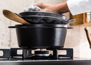 大きめの五徳は〈バーモ〉専用につくられた特注の鋳物製。ずっしりとした無骨な存在感は、デザインのポイントでもあり、フライパンが振りやすいといった調理性も高めてくれます。安定感があって大きなお鍋でも安心して使えるから、料理の幅も広がりそう。