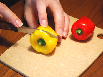 野菜のヘタ取りや果物のカットなど、ちょっとした作業に重宝するペティナイフなどの小型ナイフ。包丁とは別に持っているとなにかと便利なアイテムです。機能性もデザイン性も兼ね備えた国内外のペティナイフ、小型ナイフをご紹介します。(写真は、ロベルト・ヘアダー社の風車のナイフ)