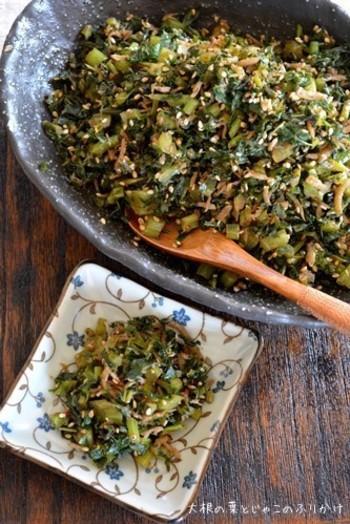 大根の葉を常備菜に。みじん切りにした大根の葉と、カリカリで香ばしいジャコを一緒に炒めてふりかけにすれば、ご飯が進む一品になりますよ!おにぎりやお弁当にもぴったりです。 ちなみに筆者の家でも定番メニューになっています。(納豆に入れるのがおススメの食べ方です^^)