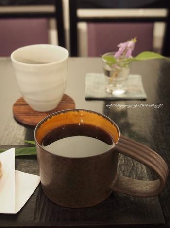 クラシック音楽が低く流れる白壁の和モダンな空間は、茶房兼ギャラリー。メニューはコーヒーや抹茶、『空也最中』、ランチでは『おにぎり』など。 テーブルには必ず野の花が1輪、添えられて…↓↓↓