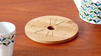 「sagaform・サガフォルム」は笑顔を届けるという意味を持っています。1994年にスウェーデンで設立されました。デザインは家具などのデザイナー、ヘレンティーデマンが担当しており、お花のような柄がとても可愛い鍋敷きです。  スポンッと取り外して別々にも使用できますよ。