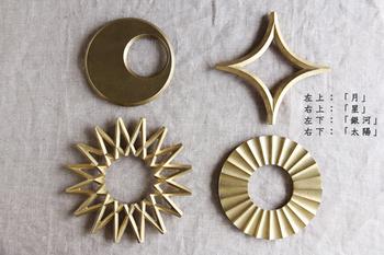 鋳物生産の95%を占める富山県高岡市で、明治30年から創業の二上が、2009年デザイナーに大治将典氏を迎え作られたのが「FUTAGAMI・フタガミ」の真鍮の鍋敷きです。 ずっしりとした安定感が伝わってきて、ずっと大切に使うことができます。