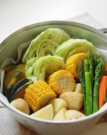 四季豊かな日本人の風土で、素直においしいと言えるお料理。それは、旬の素材の旨みを最大限に感じられた時にあるのではないでしょうか?そんなお料理を作るのに大切なことは、まず第一に新鮮な素材を手に入れること。次に大切なのが良い道具を使い、良い加減で調理すること。「無水鍋(R)」は、良い道具であるだけでなく、調理する人にとって、とても扱いやすいのが魅力的です。