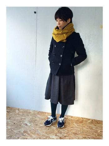 バランスをとるのが難しいミモレ丈スカートですが、そんな時はピーコートの出番です。ショート丈のピーコートはスッキリ見えるので半端丈のスカートにぴったり決まります。