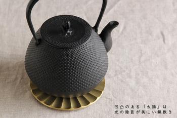 和の道具にもしっくり合います。 真鍮素材は使い込むほど味がでて愛着も沸く一品です。