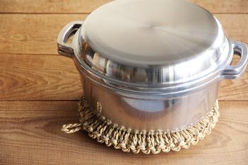 シンプルな鍋も、ワラ釜敷きの上に置くと、なんだかほっこりした雰囲気になります。