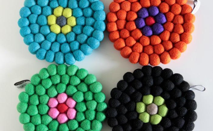 コロコロとしたフェルトボールをつなぎ合わせてできたマットは、クッション性も高くとても温かみが感じられます。