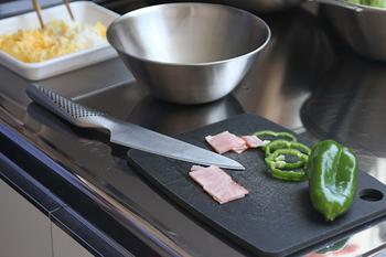 刃渡りが13cmと、ペティナイフとしては大きめのサイズなので、幅広い用途で使えます。刃から柄までが一体化された珍しい構造になっていて、スタイリッシュな美しさも大きな特徴です。持ち手もステンレス製で全体を洗いやすいので、清潔に保つことができます。