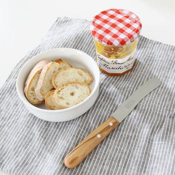 パンを切るのも、バターやジャムを塗るのもこれ一本でできてしまいます。刃先が丸くなっているので、スプーンを使わずにジャムやペーストを瓶から掬えます。