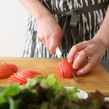 細かい波刃が食材をとらえてくれるので、柔らかいトマトや果物もこのようにきれいに切ることができます。持ち手は、手になじみやすく滑りにくいように、人間工学に基づいて設計されています。切るだけでなく、バターやジャムを塗ったりするナイフとしても活躍する、とても使い勝手がよいアイテムです。こちらも価格が比較的お手頃です。