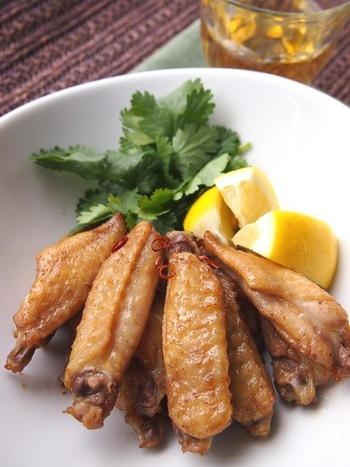 中国の代表的な混合香辛料「五香粉」を使って風味豊かにアレンジしたレシピ。香辛料を変えるだけで別の料理に大変身!調味料にしっかり漬け込んだらオーブンで焼くだけです♪こちらは手羽中ですが、もちろん手羽元でもOK。
