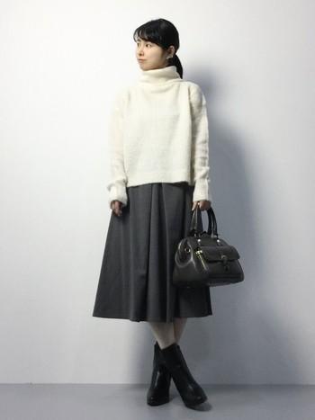 白色のタートルニットやセーターならすぐに取入れやすくて、何にでも合わせやすそうです。