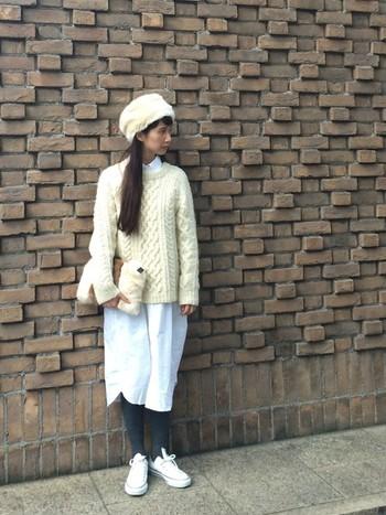 帽子やバッグに、スニーカーも白色。 白色の小物も、いくつか重ねて使えば相乗効果でより効果的ですね。