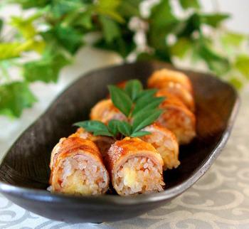 キムチの元を使った肉巻おにぎり。おにぎりの中にとろけるチーズが入っているので切ったときの断面も楽しめます。