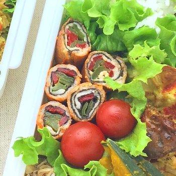 肉巻の楽しみは切ってみるとまた違ったおいしさが見えること。少しピリ辛な味付けで大人も大満足な1品です。赤と緑のピーマンで栄養価もばっちりです。