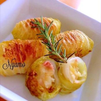 茹でて潰したじゃかいもと、ニンニク&ローズマリーで風味をつけたベーコンを合わせて白菜で包み、フライパンでこんがり焼いたレシピ。ホクホクと美味しそう♪