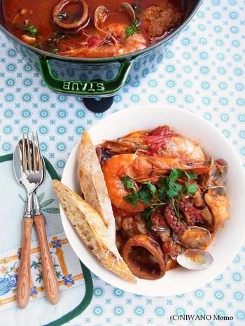 staub(ストウブ)の大鍋で作る漁師料理。リヴォルノは、イタリア・トスカーナ州の港町です。すけとうだら(お好みの魚でOK)、たこ、いか、えび、あさりなどの魚介類をトマトとワインで煮込みます。別鍋でとった魚のアラのだしを加えるので、魚貝の旨みがたっぷり味わえます。