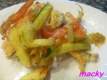 食べるときは、カレー粉をつけたり、バルサミコ酢をつけて食べるとバリエーションが楽しめます。パプリカが鮮やかできれいなかき揚げ天ぷらですね。