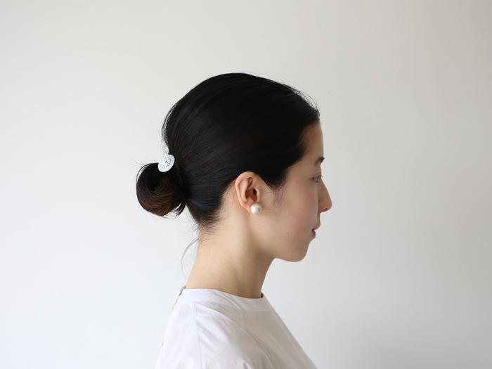 こちらは1.4P(コットンパール直径が1.4cm)。0.8Pよりも存在感が増します。コットンパールは素材が綿で作られているので、驚くほどに軽いのが特徴。やわらかくてあたたかい独特の光沢感が女性らしさをいっそう引き立ててくれます。