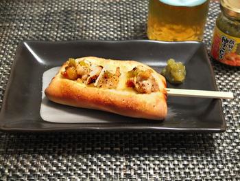柚子胡椒で下味をつけた鶏肉と長ネギを、シンプルな味のパン生地と一緒にオーブンへ。主食にもなるボリューム満点のおつまみです。