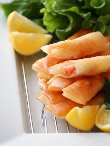 海老とチーズを柚子胡椒だけで味付けをして、春巻きの皮で包んで揚げ焼き。シンプルな調理でパリパリおいしい海老春巻きの完成♪