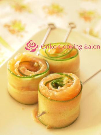 柚子胡椒ドレッシングを用意すれば、パーティーメニューもお任せ♪薄切りにしたきゅうりとサーモンをくるっと巻いてピンを指すだけでこんなにオシャレに変身♪