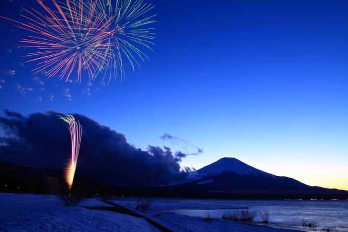 スキーやスノボの帰りにも楽しめる「冬の花火」。河口湖や山中湖、岩手雪まつり、湯沢温泉雪まつりなどで見られます。凛とした冬空に輝く花火の美しさは、また格別♪