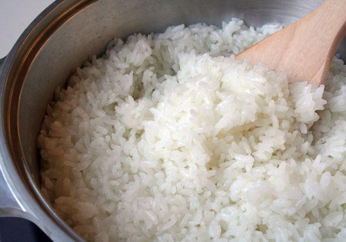 つやつや、もちもち、ふっくらとした白米は、素朴だけど、時に何にも代えがたいご馳走になります。羽釜のかたちをヒントに作られた「無水鍋(R)」。ガス調理でも、憧れのかまどで炊いたご飯のような炊きあがりです。鍋内の温度が高温で均一に保たれるので、米の糊化(α化)が進み、甘みや旨みが凝縮します。冷めてもおいしい理想の白いご飯です。