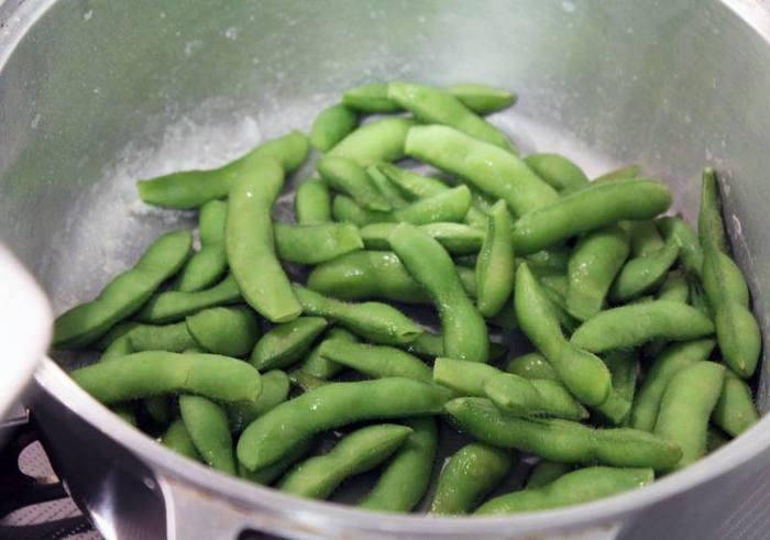 枝豆は水を使わないで茹でると、水っぽくならずホクホクになります。濃厚なお豆の香りと味、絶妙な食感に虜になってしまいそうです。
