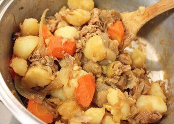 「無水鍋(R)」で作る肉じゃがは、水を使いません。野菜の水分が調味料となり、全ての素材がまとまり溶け合った時のおいしさといったらありません。余熱でさらに味がしみ込み、濃厚な味わいになります。定番の人気メニューです。