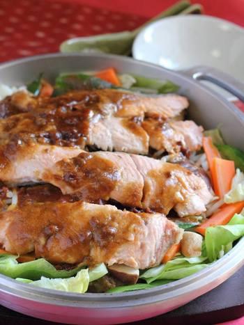 蓋をしっかり予熱すれば、焼き物に最適な強火の遠火状態を作れます。魚や肉も焼きムラなくこんがりきれいに焼きあがります。 寒い季節には、ボリュームたっぷりのメニュー、「サケのちゃんちゃん焼き」はいかが?鮭は体を温める効果があると言われています。たっぷりの野菜と一緒にいただけば、パワーが蓄えられそうです。